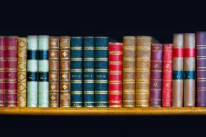 Bouquet-de-livres-color-s-la-biblioth-que-rack-Banque-d'images